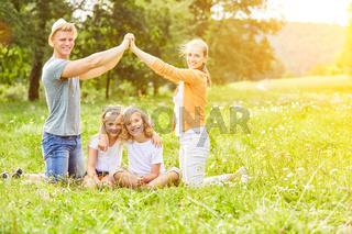 Familie und Kinder spielen Haus bauen
