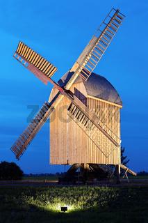 Bockwindmühle während der blauen Stunde