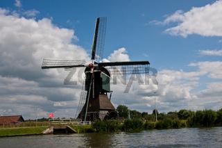 Bockwindmühle am Merwedekanaal in der niederländischen Provinz Utrecht