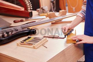 Handwerker baut eine neue E-Gitarre