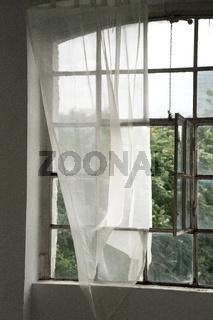 Fenster mit Vorhang in einer alten Seifenfabrik