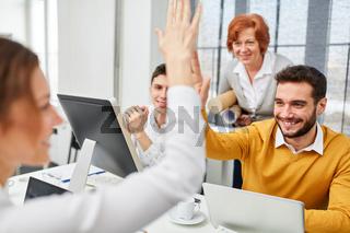 Team feiert Lösung mit High Five