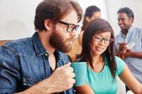 Studenten arbeiten zusammen im Seminar