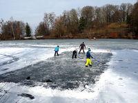 Eishockey als Wintersport auf einem zugefrorenen See