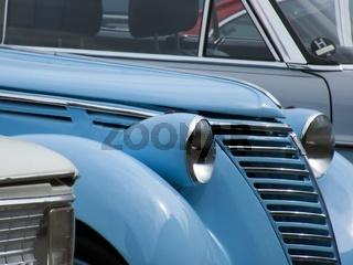 Oldtimer Fiat 1100 B/E Baujahr 1951 zwischen anderen Oldtimern