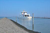 die Norderney-Faehre beim Auslaufen aus dem Hafen von Norddeich,Nordsee,Ostfriesland,Deutschland