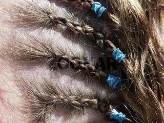 Durch Haargummis gehaltene Rastazöpfe