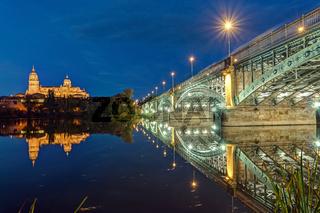 Die Kathedrale von Salamanca in Spanien bei Nacht