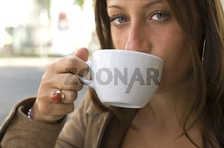 Frau trinkt aus Tasse