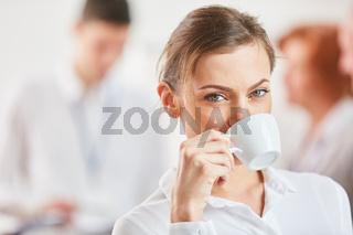 Junge Frau genießt die Kaffeepause