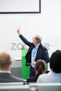 Geschäftsmann als Referent bei Präsentation