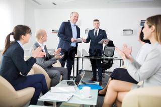 Geschäftsleute in einem Workshop klatschen Beifall