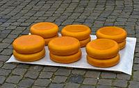 Käseräder Stapel auf dem Käsemarkt, Gouda, Niederlande