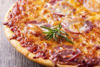 Nahaufnahme einer Pizza auf Holz