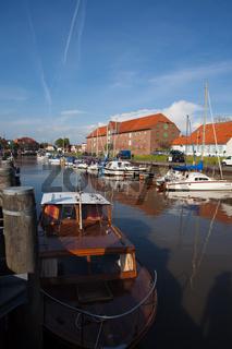 Toenninger Hafenmaile mit Segel- und Motorbooten und dem Packhaus ;Nordfriesland