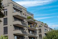 Moderne graue Apartmenthäuser in Berlin