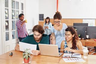 Junge Startup Gründer arbeiten zusammen