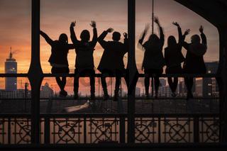 Jugendliche auf der Hackerbrücke in München bei Sonnenuntergang