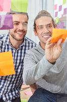 Studenten im Start-Up Team sammeln Ideen