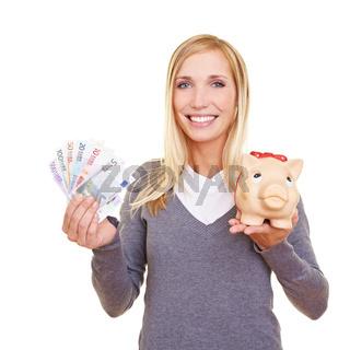 Frau mit Geld und Sparschwein