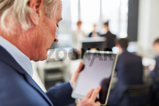 Business Mann mit Tablet Computer