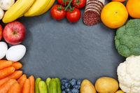 Obst und Gemüse Sammlung Lebensmittel Früchte essen Rahmen Schieferplatte Textfreiraum von oben