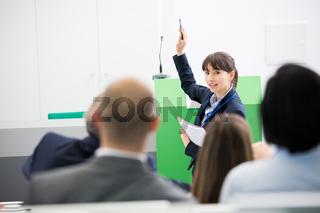 Junge Geschäftsfrau bei einer Präsentation