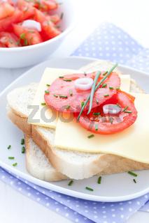 Brot mit Käse und Tomate