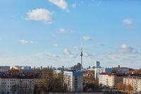Berlin City Skyline mit Fernsehturm und blauem Himmel