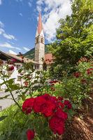 Kirche in St Pankraz hinter Rosen