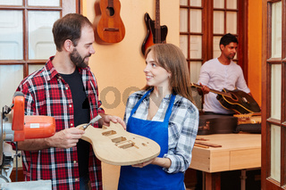 Frau als Lehrling in der Gitarrenbauer Lehre
