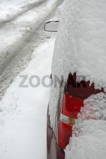 Mit Schnee bedecktes Auto - Snow covered car