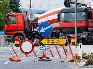 Umleitung einer gesperrten Straße wegen Baustelle