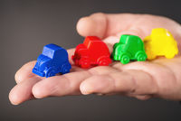 Kleine Spielzeugautos auf einer Hand