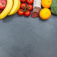 Obst und Gemüse Sammlung Lebensmittel Früchte essen Quadrat Schieferplatte Textfreiraum von oben