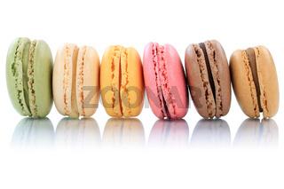 Macarons Macaroons Kekse Nachtisch Dessert aus Frankreich in einer Reihe Freisteller