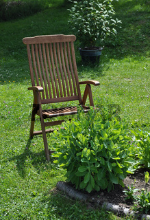 Gartenstuhl zur Erholung im Garten - Garden chair for recreation in calm surroundings