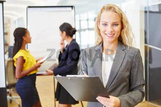 Geschäftsfrau als Berater mit Checkliste