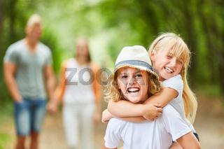 Zwei Kinder spielen ausgelassen