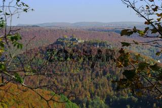 Herbstlandschaft auf der Schwaebischen Alb mit Ruine Hohenurach