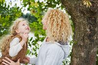 Mutter und Tochter reden im Park