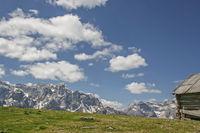 Almhütte vor den Sextner Dolomiten
