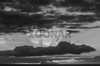 Sonnenuntergang in schwarz-weiss