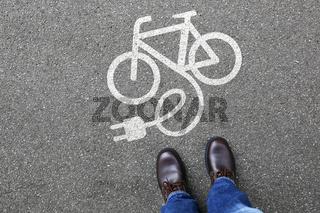 Mann Mensch E-Bike Ebike E Bike Pedelec Elektro Fahrrad fahren Rad Umwelt umweltfreundlich