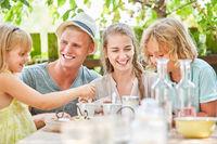 Familie und Kinder entspannt beim Kaffee
