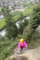 Mädchen beim Aufstieg am Klettersteig