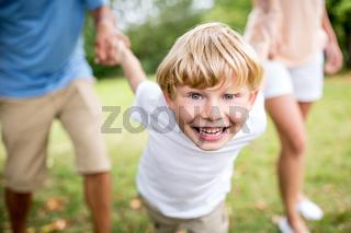 Junge spielt mit seinen Eltern