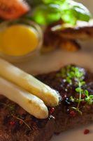 weißer Spargel auf einem gegrilltes steak