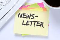Newsletter bestellen im Internet für Business Konzept Marketing Kampagne Schreibtisch