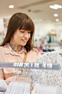 Junge Frau beim Shopping im Modeladen